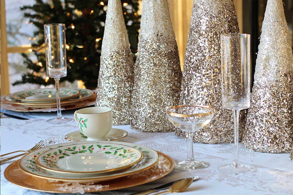 sparkling gold christmas tablescape